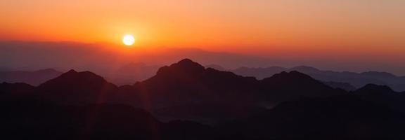 soluppgång över bergen foto