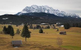 alpin gräsmark med karwendelbergen, Alperna, Tyskland