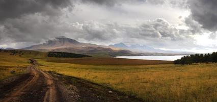 mycket högupplöst panoramautsikt berg i Georgien foto