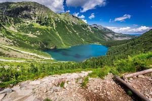 vacker sjö mitt i bergen vid gryningen foto