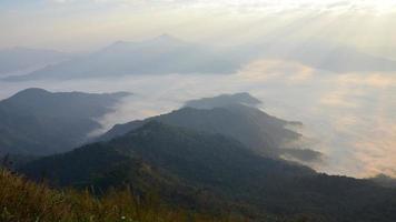 morgondimma vid bergskedjan foto
