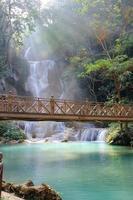vattenfall med ljusstråle i luang prabang, lao foto