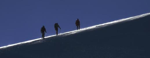 klättring i de höga bergen foto
