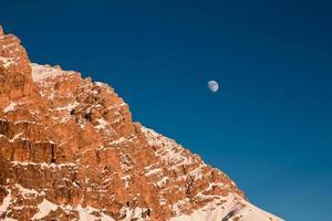 månen stiger bakom berget