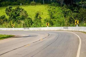 twisty mountain road i naturen foto
