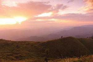 trevlig solnedgång scen i bergen foto