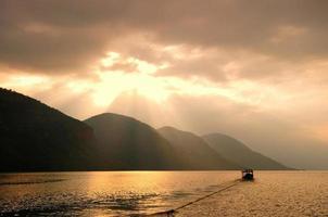 berg och sjö i Thailand foto