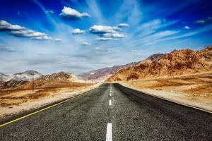 väg i himalaya med berg