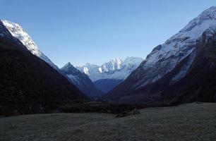 bergstoppar täckta med snö foto