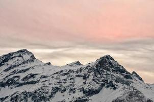 vita snöalperna bergssolnedgång