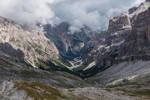 vacker utsikt över de italienska dolomiterna under en molnig dag foto