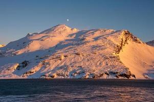 snöiga berg vid soluppgång, Antarktis