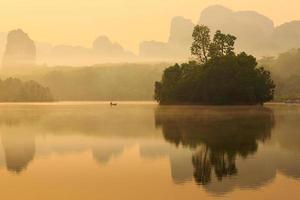 sjö och berg i soluppgång foto