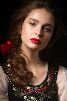 vacker rysk flicka i nationell klänning med en flätad frisyr