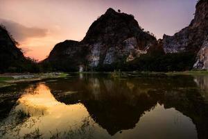 reflektion av bergrock i träsket