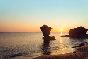 havskust vid soluppgången foto