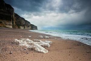 stranden och klipporna i Atlanten