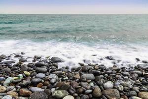 sten kust av havet med vågor foto