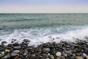 sten kust av havet med vågor