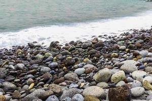 sten havskust med vågor foto
