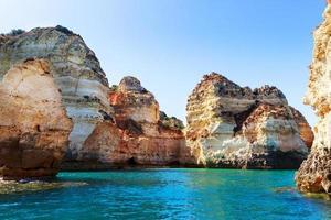vackra klippor i havet foto