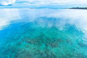 smaragdgrönt hav i okinawa foto