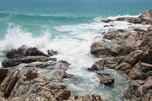 klippor och hav foto