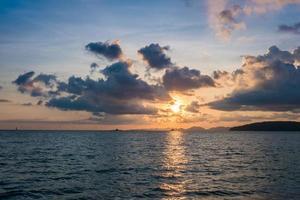 vacker solnedgång bakom havet - Krabi, Thailand
