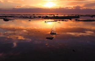soluppgång sten snedstreck i havet rock rev foto