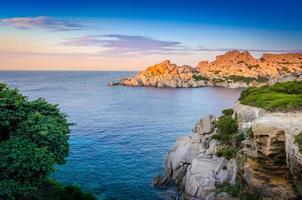 hav stenig kustlinje färgglad solnedgång, Sardinien foto