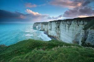 blåsig soluppgång över klippan i Atlanten foto