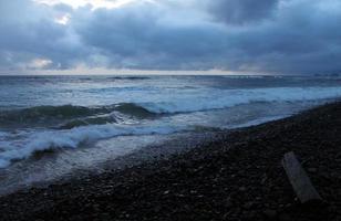 strandlandskap i skymningen på Oregon kusten foto