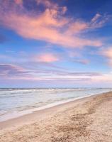 vacker sommarsolnedgång vid havet