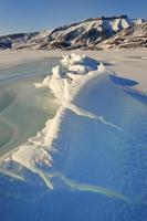 spricka i packis i en vik vid spitsbergen. foto