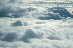 över moln