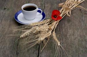 öron av vete och kaffe på ett fat foto