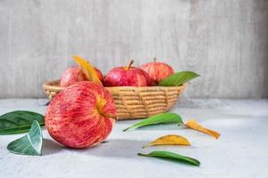 röda äpplen på ett vitt träbord foto