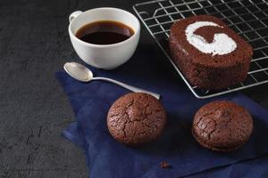 chokladkaka och kakor med en kopp kaffe foto