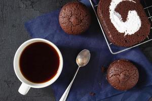 chokladkaka med en kopp kaffe foto