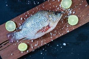 färsk tilapia fisk på träskiva