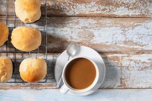 färska muffins och kaffe på träbord