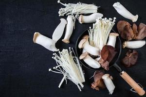färska svampar på träskivor foto