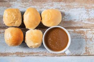 färska muffins och kaffe på träbord foto