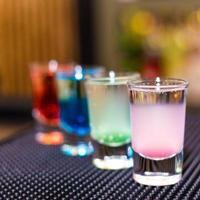 färgglada alkoholcocktails