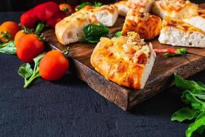 varm pizza på träbricka