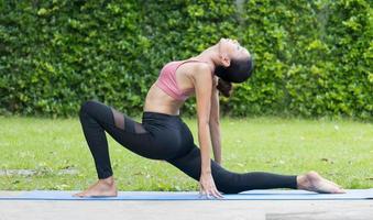 asiatisk kvinna som gör yoga