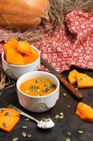 färsk orange pumpasoppa i en skål foto