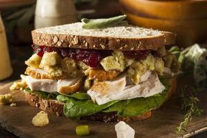 hemlagad rester av tacksägelsemiddag kalkonsmörgås foto