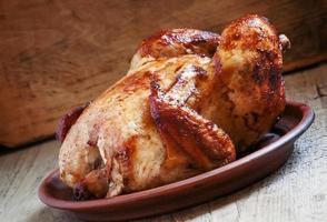 hel grillad kyckling med en rödaktig skorpa foto