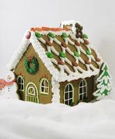 pepparkakshus vit bakgrund foto